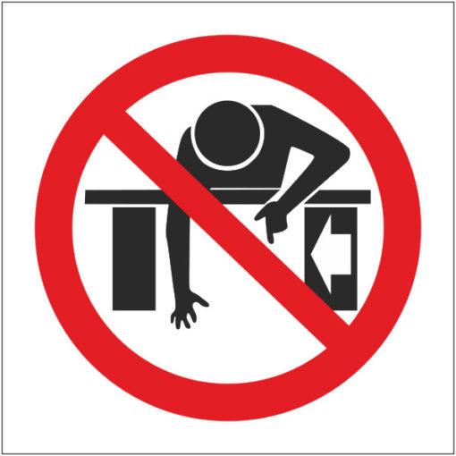 Знак Запрещается протягивать руки в зону работы движущихся механизмов